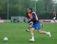 Kiko lleva el balón en un entrenamiento