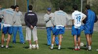 Ismael se dirige a los jugadores en un entrenamiento