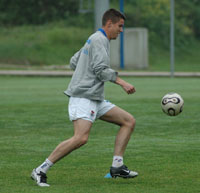 Iván conduce el balón durante el entrenamiento de hoy en el Requexón