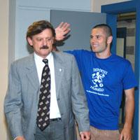 Cervero llega a la sala de prensa acompañado de José Ramón Prado