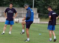 Carrasco toca el balón observado por Juan Luis y Nacho