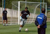 Aulestia controla el balón, observado por Viti y Fredi Valdés