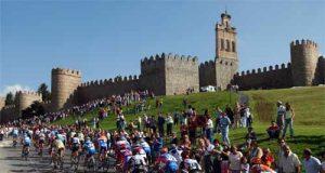 La Vuelta, bajo las murallas de Ávila (Foto: Unipublic)