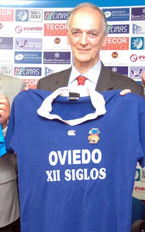 Jaime Martínez, presidente del Oviedo RC, posa con la camiseta