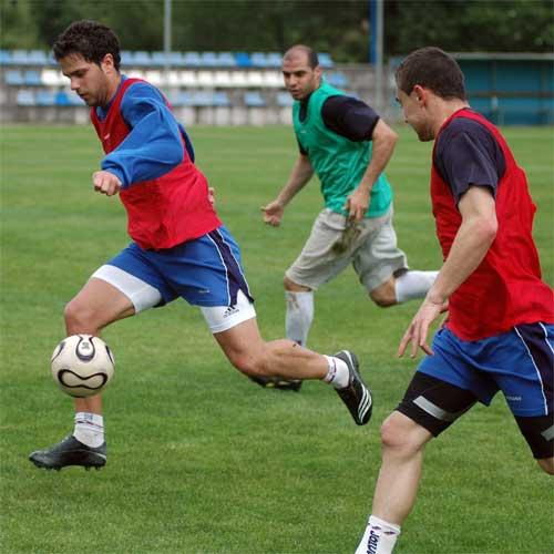 Stefan conduce el balón, ante Matías y Bravo