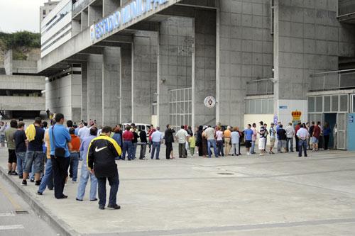 Colas en el Tartiere, antes del partido ante el Pontevedra (Foto: Zureda Press)