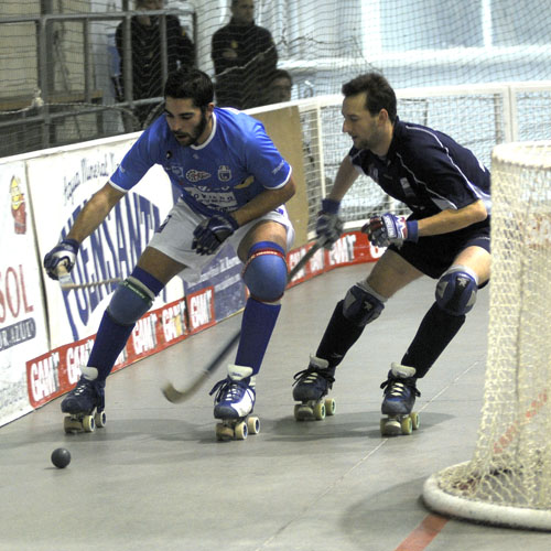 Fariza (Oviedo HC) y Mario Cuervo (FM Roller), en el derbi (Foto: Zureda Press).