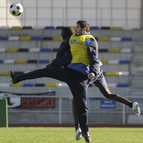 Hedrera disputa el balón con el juvenil Masse en el Hermanos Antuña (Foto: Zureda Press)