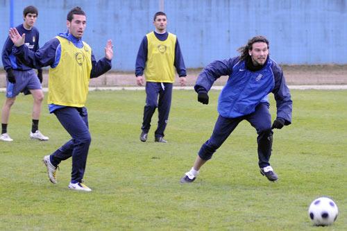 Curro, a la derecha, durante el entrenamiento del jueves, con Valiente (Foto: Zureda Press)