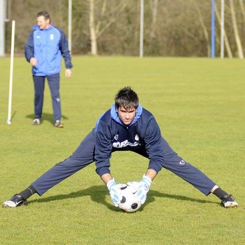 Eneko, en un entrenamiento, con Viti detrás (Foto: Zureda Press)