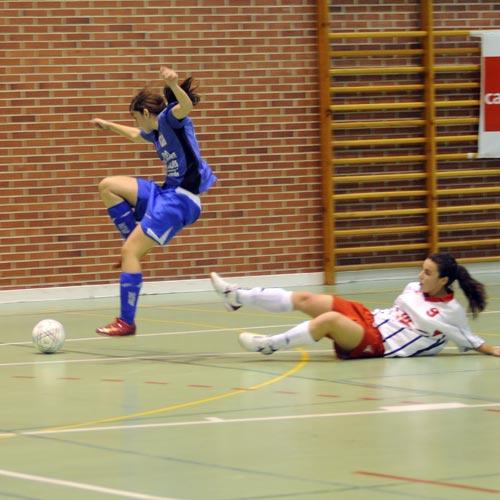 María Jesús evita la entrada de una jugadora cántabra (Foto: Zureda Press).