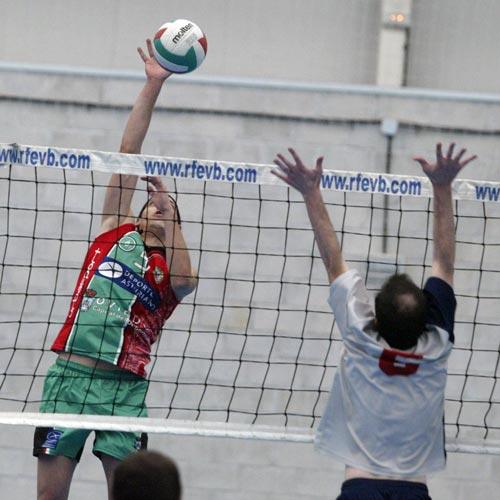 Mateo González conecta un remate (Foto: Zureda Press).