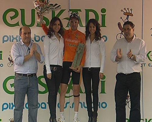 Samuel Sánchez recibe un trofeo en el podio de la ronda vasca.