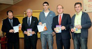 Los participantes en la presentación posan con los folletos del campus (Foto: OCB)
