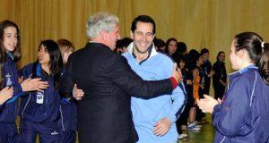 Guillermo Arenas recibe el abrazo del presidente del OCB, Jaime Alberti, en el homenaje a su equipo, el 24 de abril (Foto: Zureda Press)
