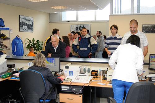 Las oficinas registraron colas ya esta tarde (Foto: Zureda Press)