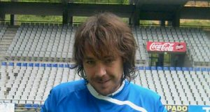 David Feito muestra su carnet (Foto: Real Oviedo)