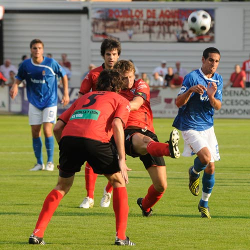 Rayco, autor del único gol, presiona a un rival (Foto: Zureda Press)