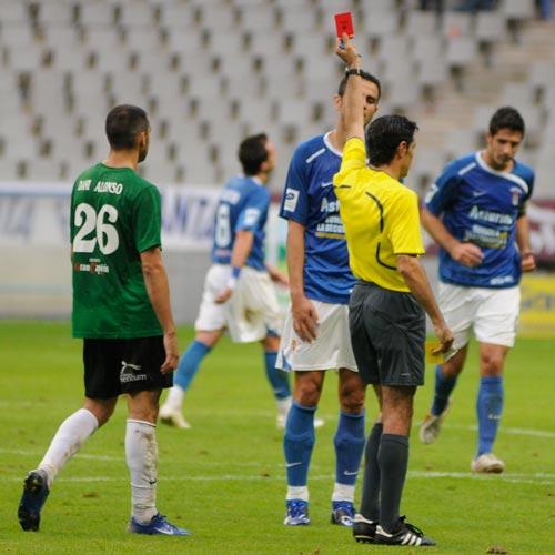 El árbitro García Bestilleiro muestra la tarjeta roja a Miguel (Foto: Zureda Press).