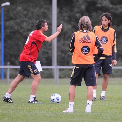 López Caro da instrucciones a Parejo y Capel (Foto: Zureda Press)