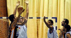Héctor Macía intenta un lanzamiento en la zona (Foto: Zureda Press)