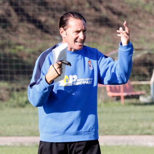 Pichi Lucas dirige un entrenamiento del Oviedo (Foto: Zureda Press)