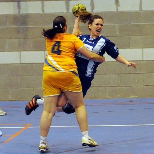 Vicky, agarrada por una rival (Foto: Zureda Press).