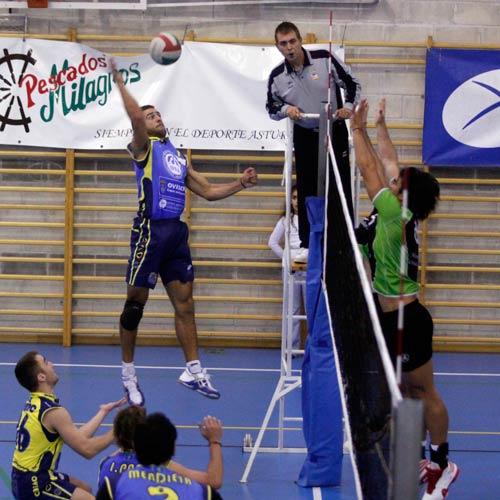 Ricardo Venegas se dispone a rematar (Foto: Zureda Press).
