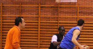 Riera observa una jugada entre Javi Candás y Tony Tate (Foto: Zureda Press)