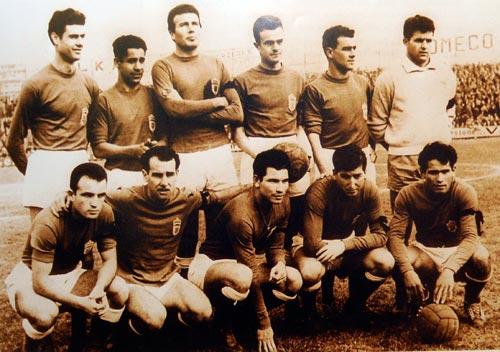 Amarilla, primero por la derecha en la fila de abajo. Temporada 1958/1959.