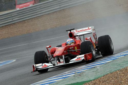 Alonso, con el F10 sobre el mojado asfalto de Jerez (Foto: © Ferrari S.p.A.).