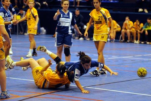 Verónica Cañón cae al suelo (Foto: Zureda Press).
