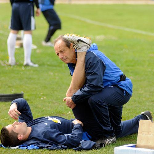 Barreto atiende a Xavi Moré en el entrenamiento de ayer (Foto: Zureda Press)