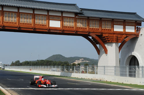Alonso pasa bajo la pasarela con rasgos coreanos de la recta de meta del circuito de Yeongam (Foto: © Ferrari S.p.A.).