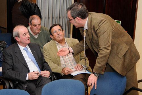 Jaime Reinares habla con Vaca en la Junta del año pasado (Archivo MO)