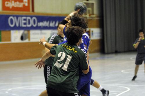 Alexis, acosado por un defensor (Foto: Zureda Press).