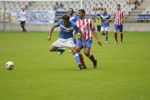Aitor Sanz busca el balón (Foto: Zureda Press).