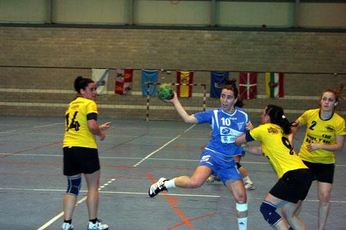 Alicia, agarrada por una rival (Foto: Oviedo BF).