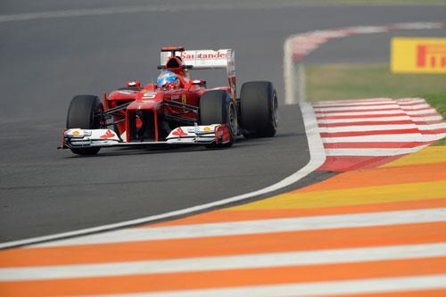 Alonso, entrando en la curva 10 del circuito de Buddh (Foto: © Ferrari S.p.A.).