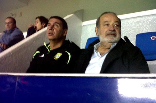 Arturo Elías Ayub y Carlos Slim, el miércoles viendo al León (uno de los dos equipos que su grupo posee en la Liga mexicana) en el estadio del Cruz Azul, en Ciudad de México.