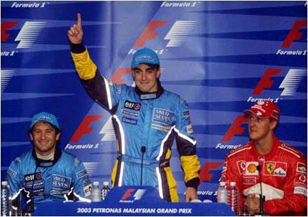 Alonso celebra su primera pole ante Jarno Trulli (su entonces compañero en Renault) y Michael Schumacher.