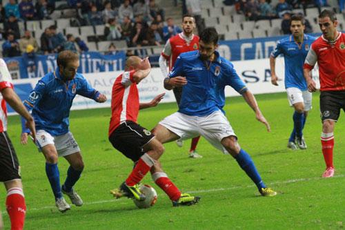 Javi Hernández intenta quitar el balón a Lafuente, el autor del primer gol visitante (Foto: González Fierros).