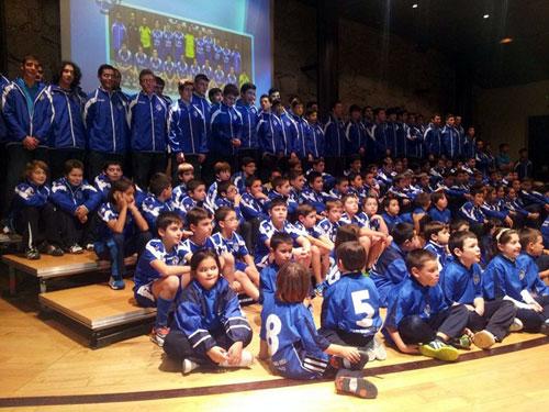 Jugadores de todas las categorías del club, en el acto de ayer (Foto: BBO).