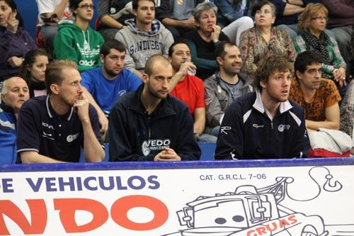 Fitzgerald, Spasojevic y Van Wijk observan a sus compañeros desde el banquillo, el pasado domingo en Palencia (Foto: Oviedo Baloncesto)