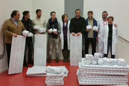 Presidente y jugadores, en el HUCA con los médicos y los regalos (Foto: Real Oviedo).