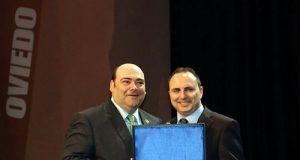 Diego Ruiz, recibiendo el premio de manos del alcalde Agustín Iglesias Caunedo (Foto: Ayuntamiento de Oviedo).