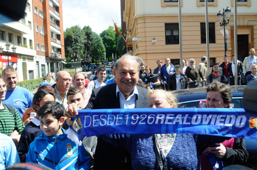Slim posa con aficionados y con una bufanda del equipo oviedista (Foto: Zureda Press).