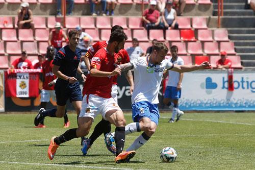 Charlie, presionado por dos jugadores del Nástic (Foto: Real Oviedo).
