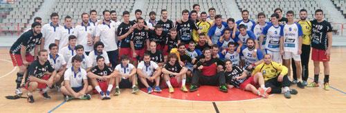 Los carbayones posan con los jugadores del Juanfersa y del Cafés Toscaf Atlética Avilesina (Foto: BBO).