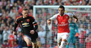 Cazorla, perseguido por Rooney (Foto: @Arsenal).